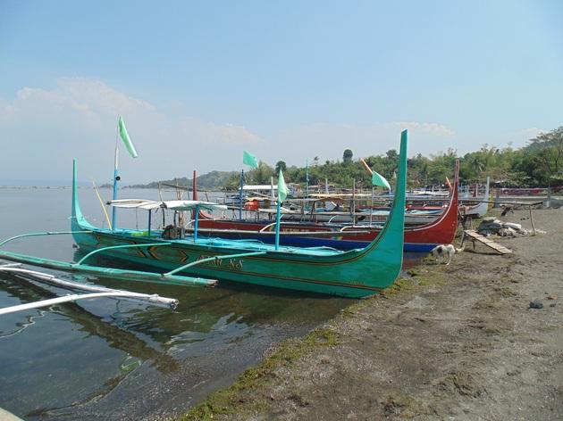 loďky na Taal Lake