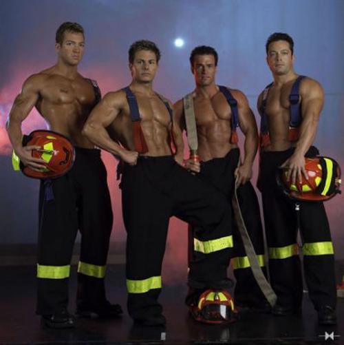 Čosi mi hovorí, že toto sú striptéri, ale čím dlhšie sa pozerám, tým viac mi to je jedno.